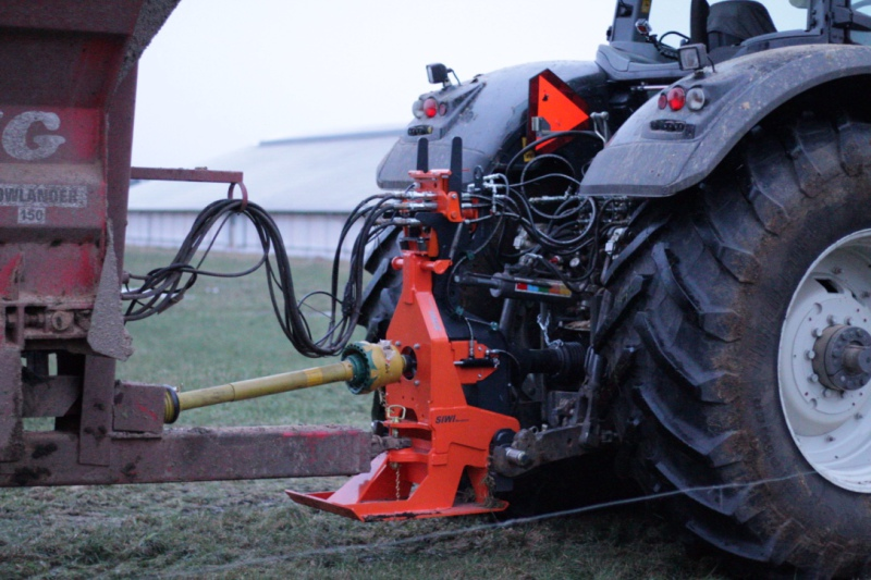 Tractor hitch saves time and increases safety