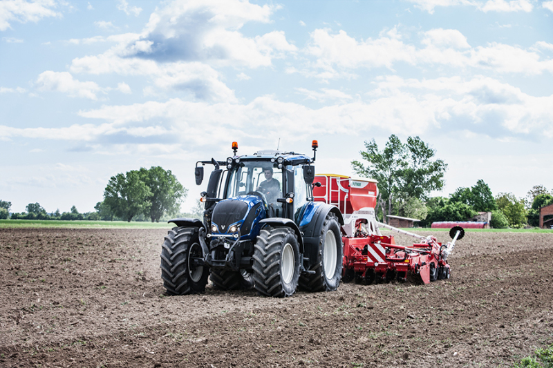 Valtra fills new tractors with 100% renewable fuel